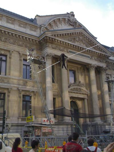 Tightrope wakling behind the Bourse